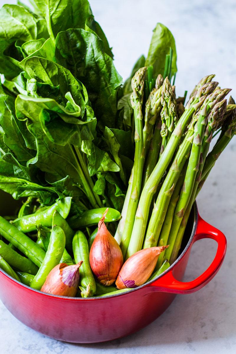 Le Creuset Bräter mit frischem Gemüse vom Markt