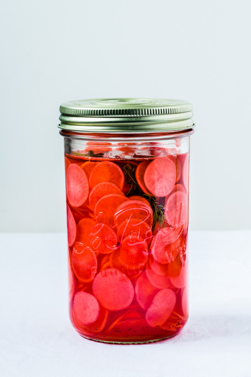Glas mit süß-sauer eingelegten Radieschen