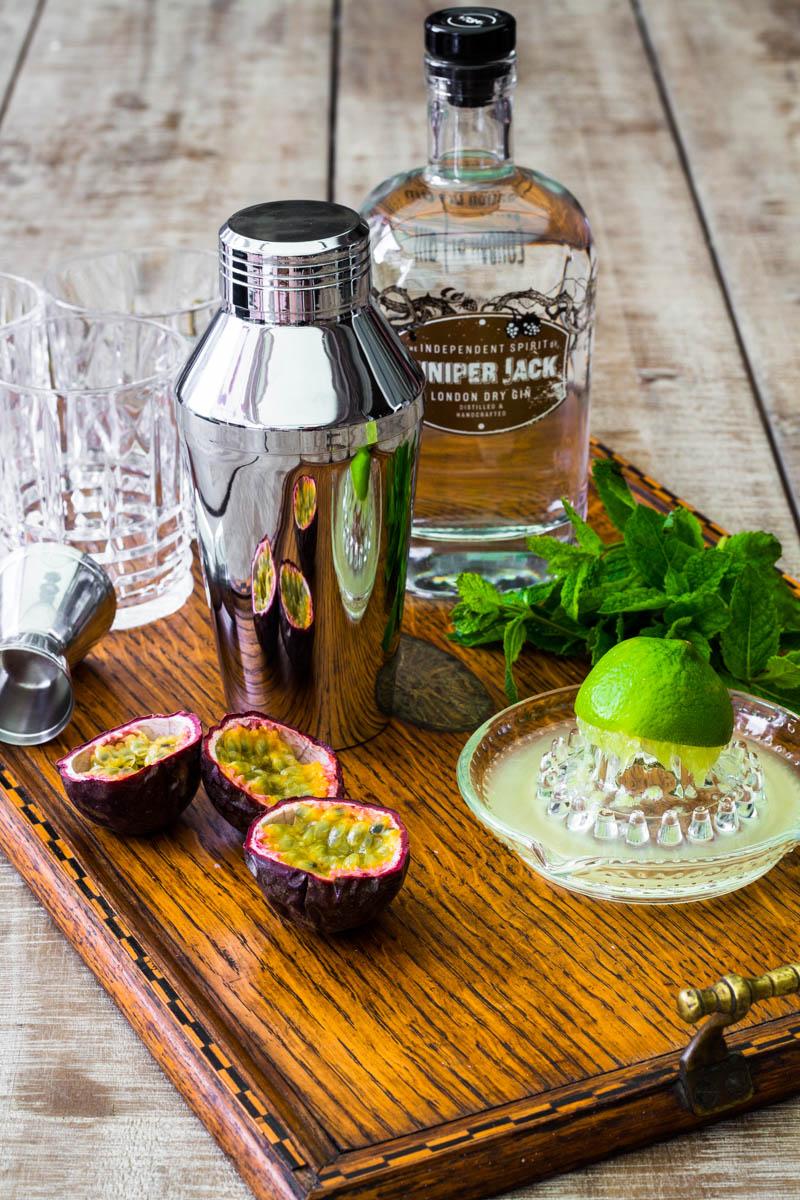 Einige Zutaten für einen Passionsfrucht Gin Gin Mule