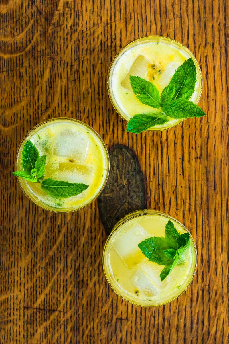Drei Gläser Passionsfrucht Gin Gin Mule mit Minze