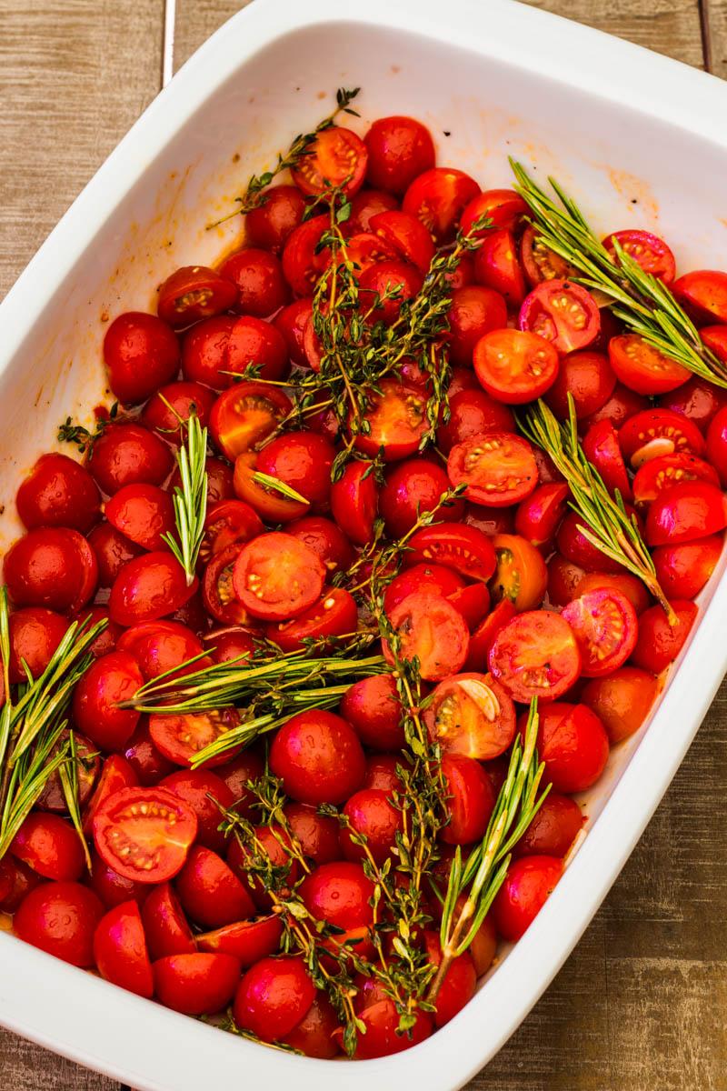 Cherry Tomaten in Auflaufform bevor sie in den Backofen kommen