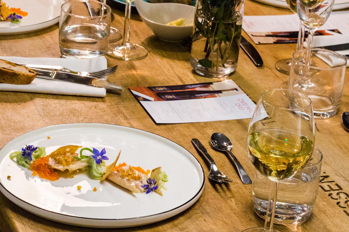 Die erste Vorspeise ist serviert: Forelle|Gurke|Brotchip