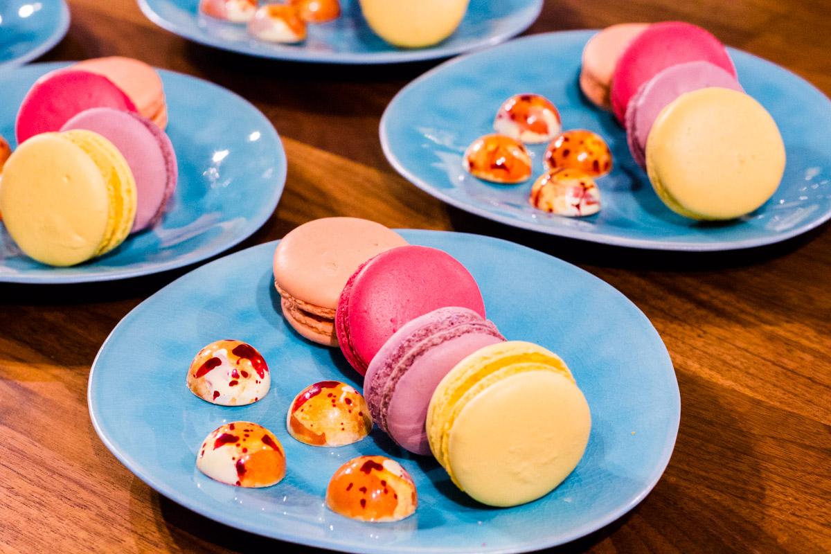 Macarons und Mini-Pralinen zum Espresso