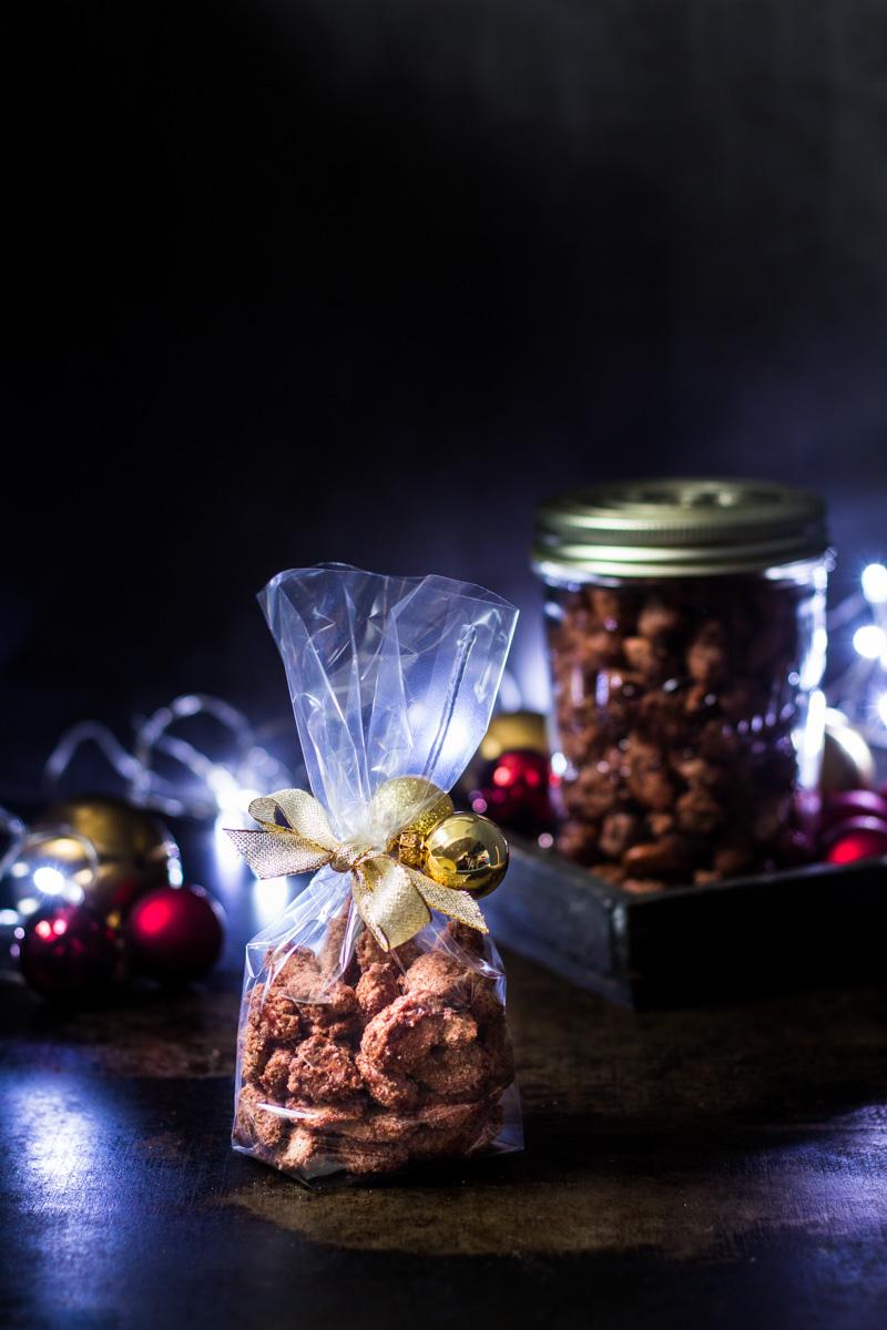 Ein süßes Geschenk aus der Küche - Gebrannte Mandeln weihnachtlich verpackt.