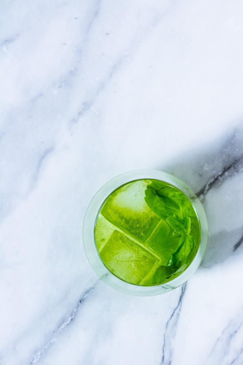 Erfrischender Gin Basil Smash