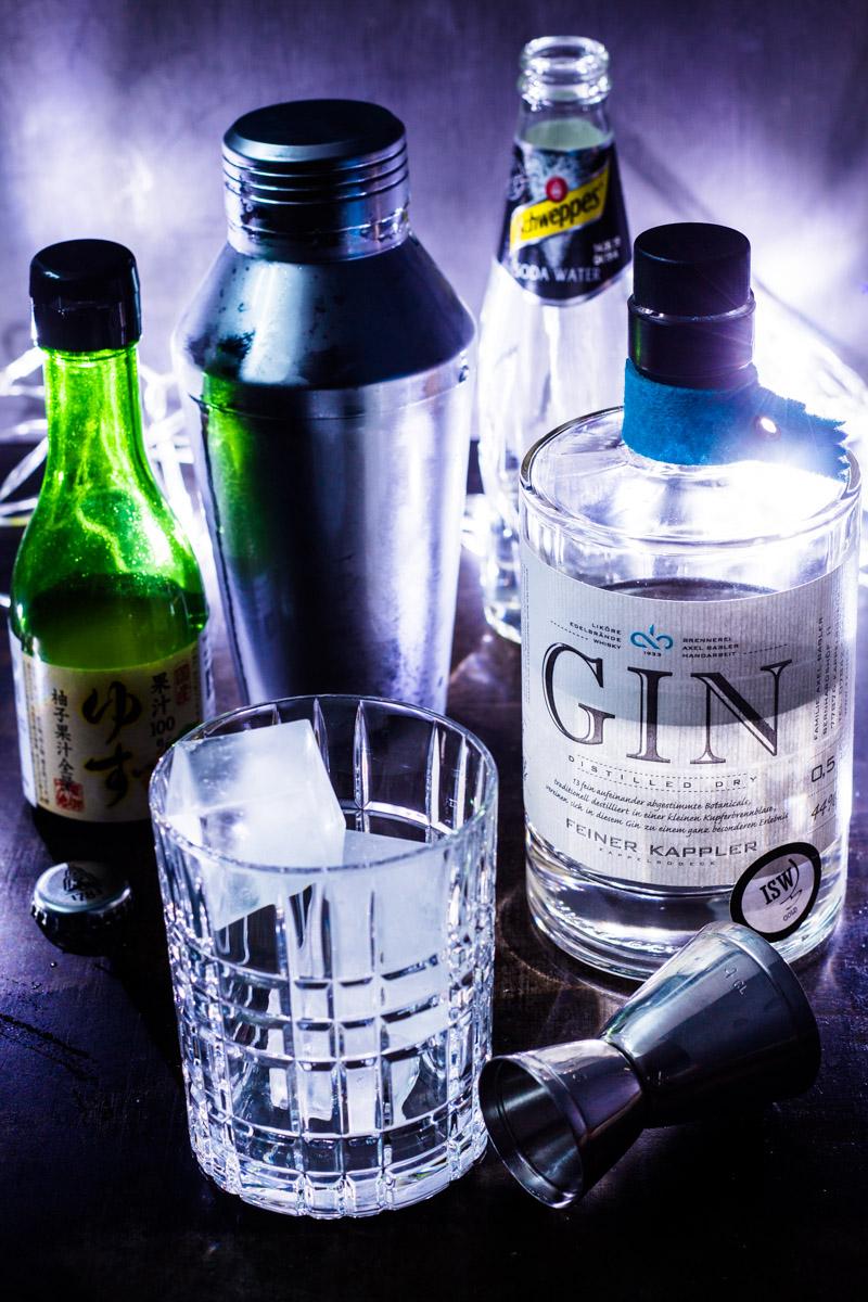 Tumbler mit Eis für den Gin Yuzu-Sour