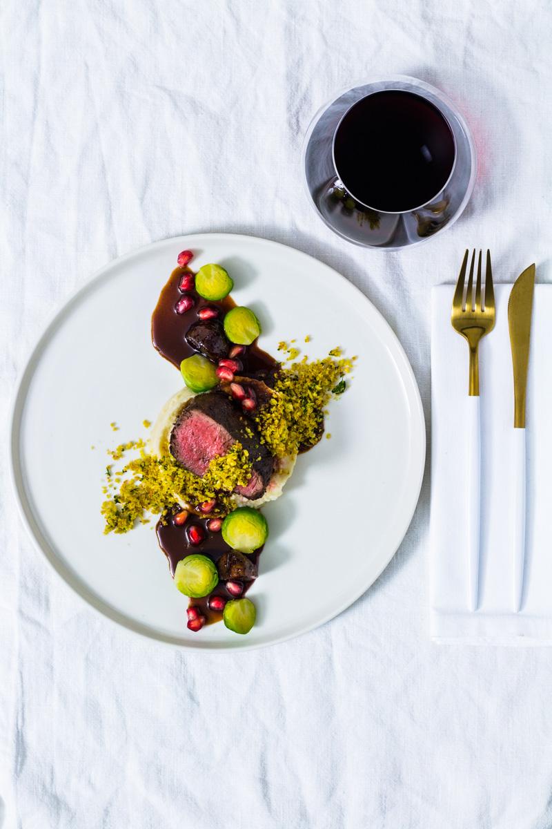 Hirschfilet Sous Vide| Petersilienwurzelpüree | Rosenkohl | glasierte Maronen | Granatapfelsauce und ein Glas Rotwein