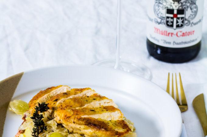 """Maishähnchenbrust auf Trauben-Rahm-Sauerkraut und Kartoffelstampf mit einem Glas Müller-Catoir Riesling """"Vom Haardtsandstein"""""""