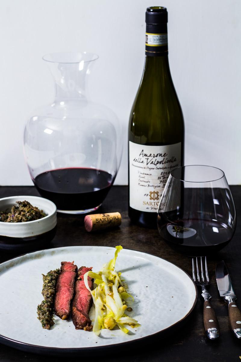 Côte de Boeuf mit Oliventapenade und Chicorée-Salat. Dazu ein Amarone Della Valpolicella 2013 von Sartori.