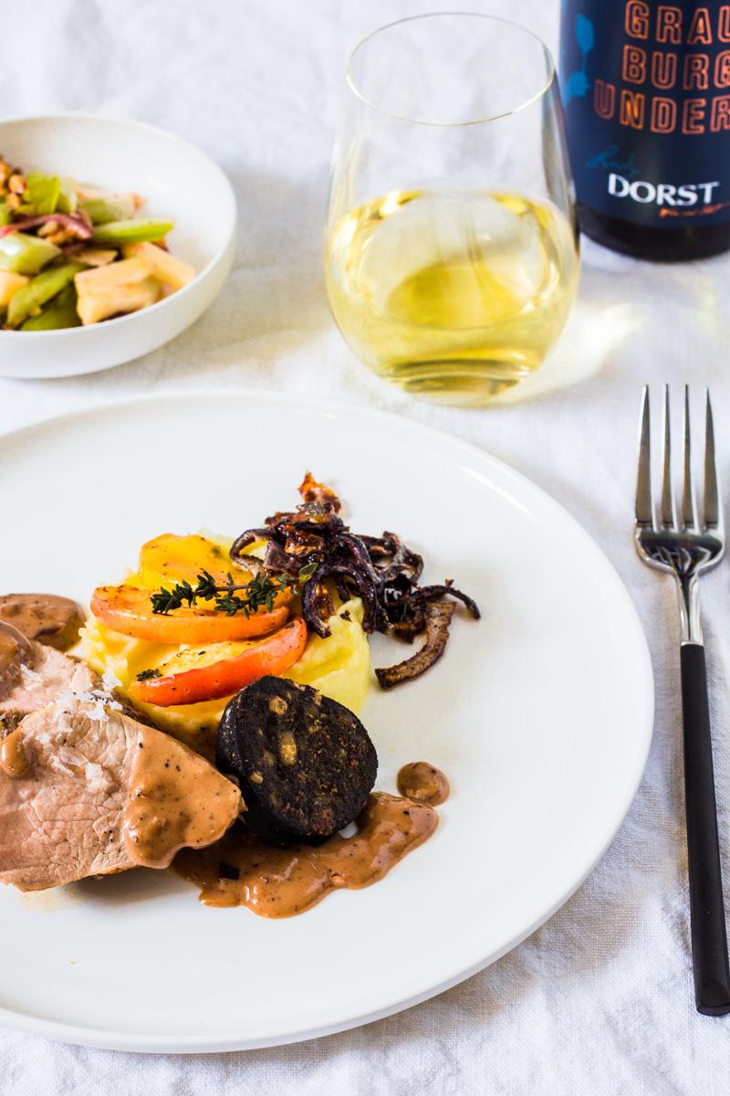 Schweinefilet mit Apfel, Blutwurst, Kartoffelpüree und Sellerie-Apfel-Salat mit einer Flasche Lady Dorst Grauburgunder