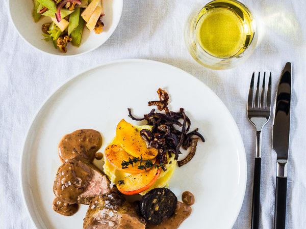 Schweinefilet mit Quitten-Senf Sauce, Blutwurst, Kartoffelpueree und Sellerie-Apfel-Salat