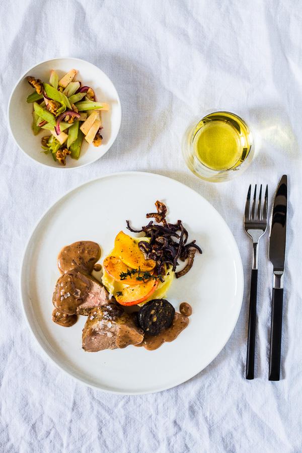Schweinefilet mit Quitten-Senf Sauce, Blutwurst, Kartoffelpüree und Sellerie-Apfel-Salat