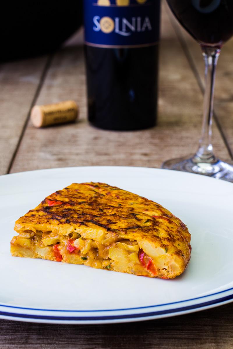 Ein Stück saftige Tortilla de patatas mit Paprika