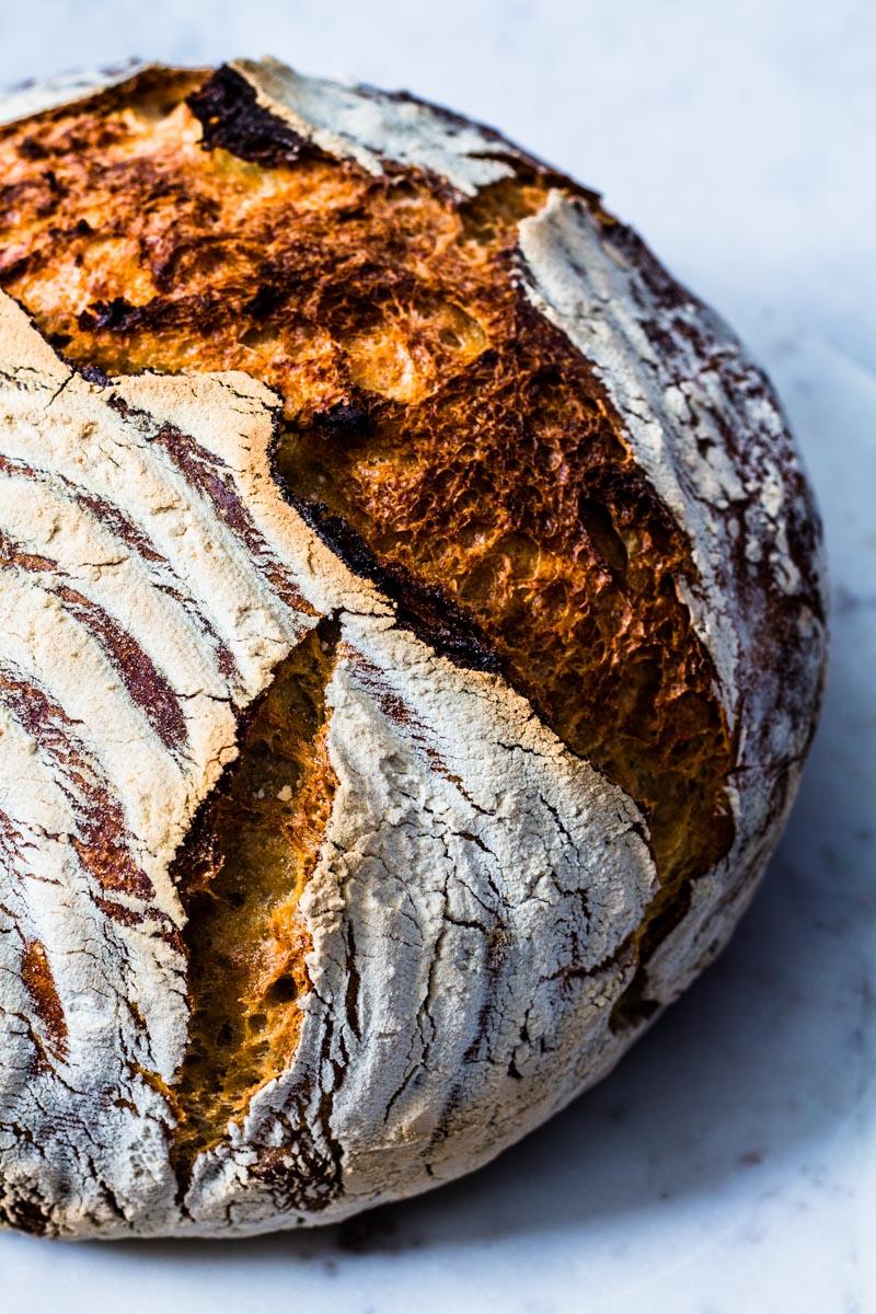 Frisch gebackener Laib No Knead Bread