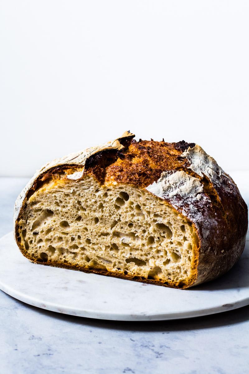 Angeschnittenes No Knead Bread mit saftiger Krume