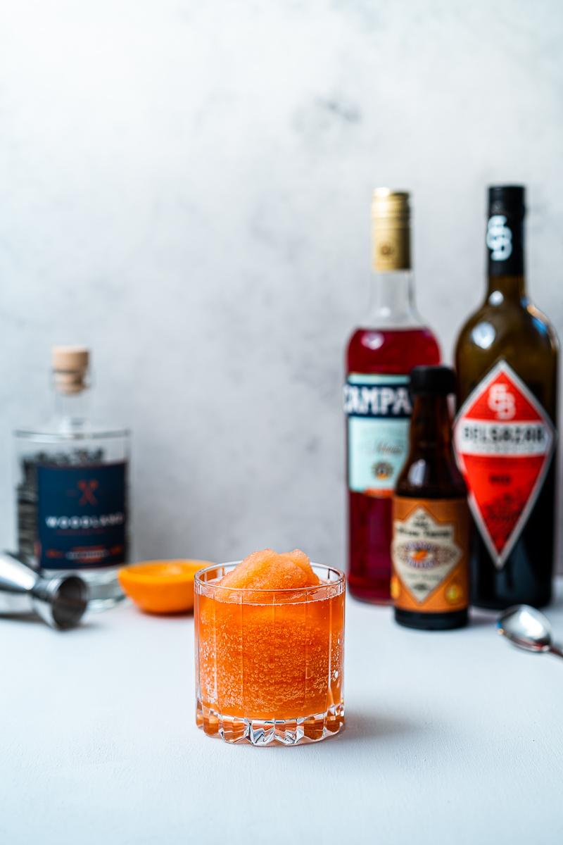 Glas Frozen Orange Negroni mit Zutaten