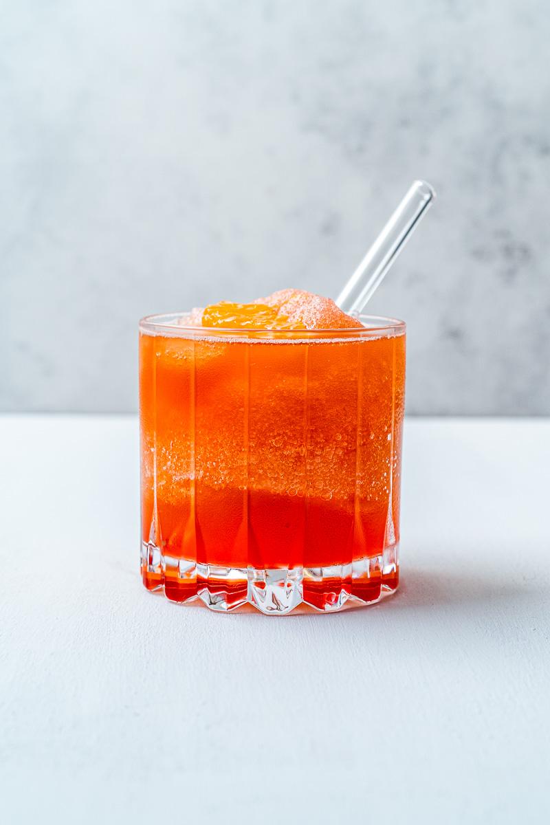 Erfrischender Frozen Negroni mit Glasstrohhalm