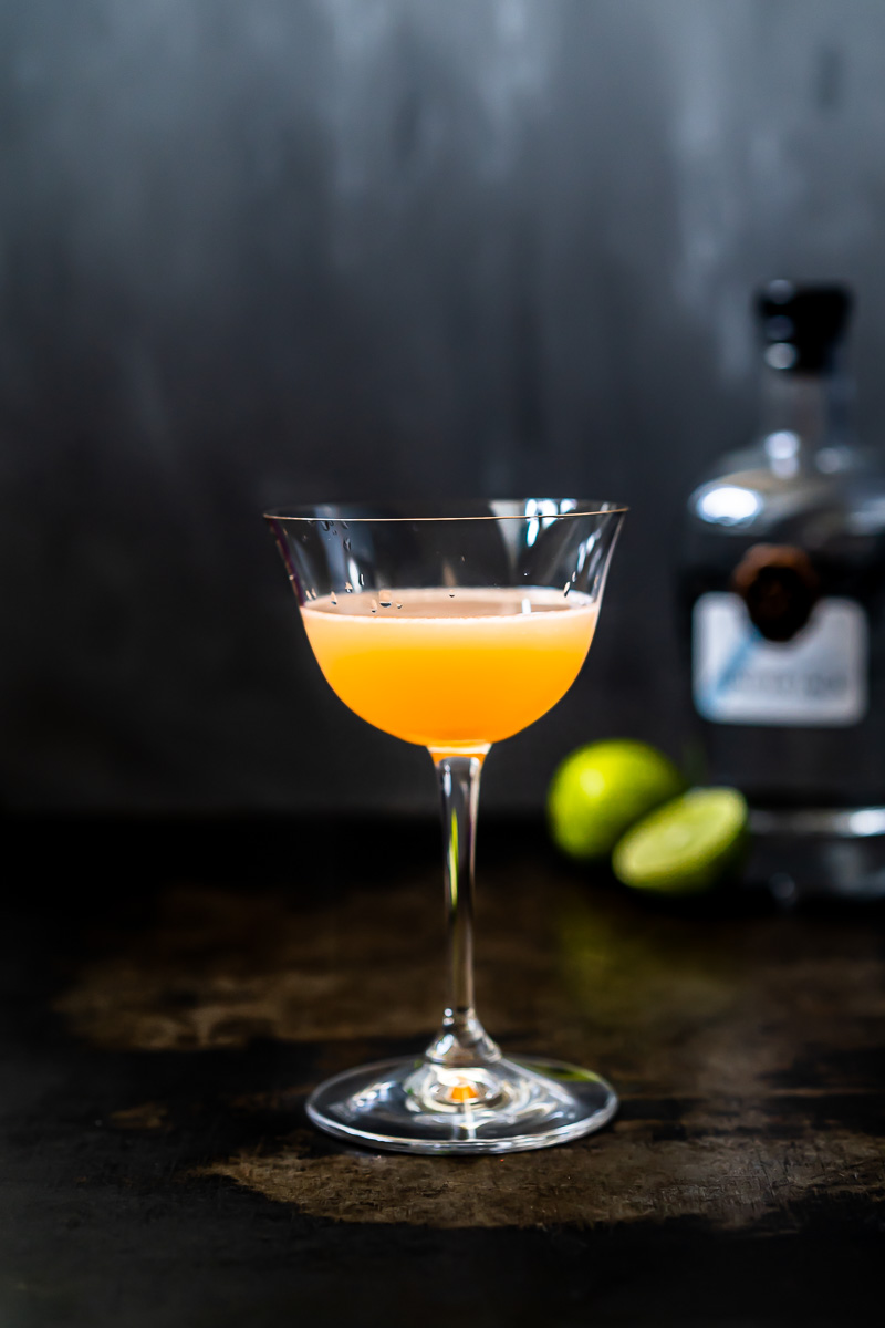 Glas Pegu Club Cocktail und Flasche Juniper Jack Navy Strength Gin