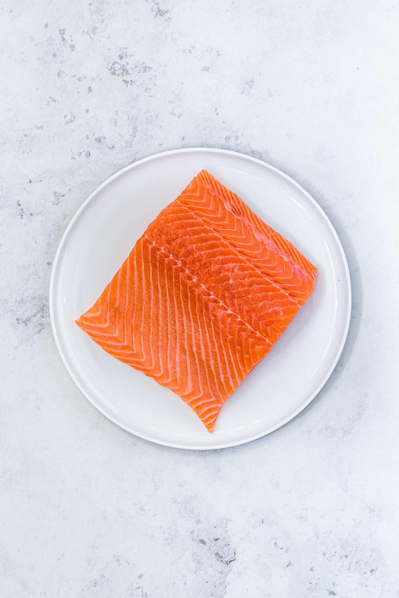 Stück Lachs auf einem Teller