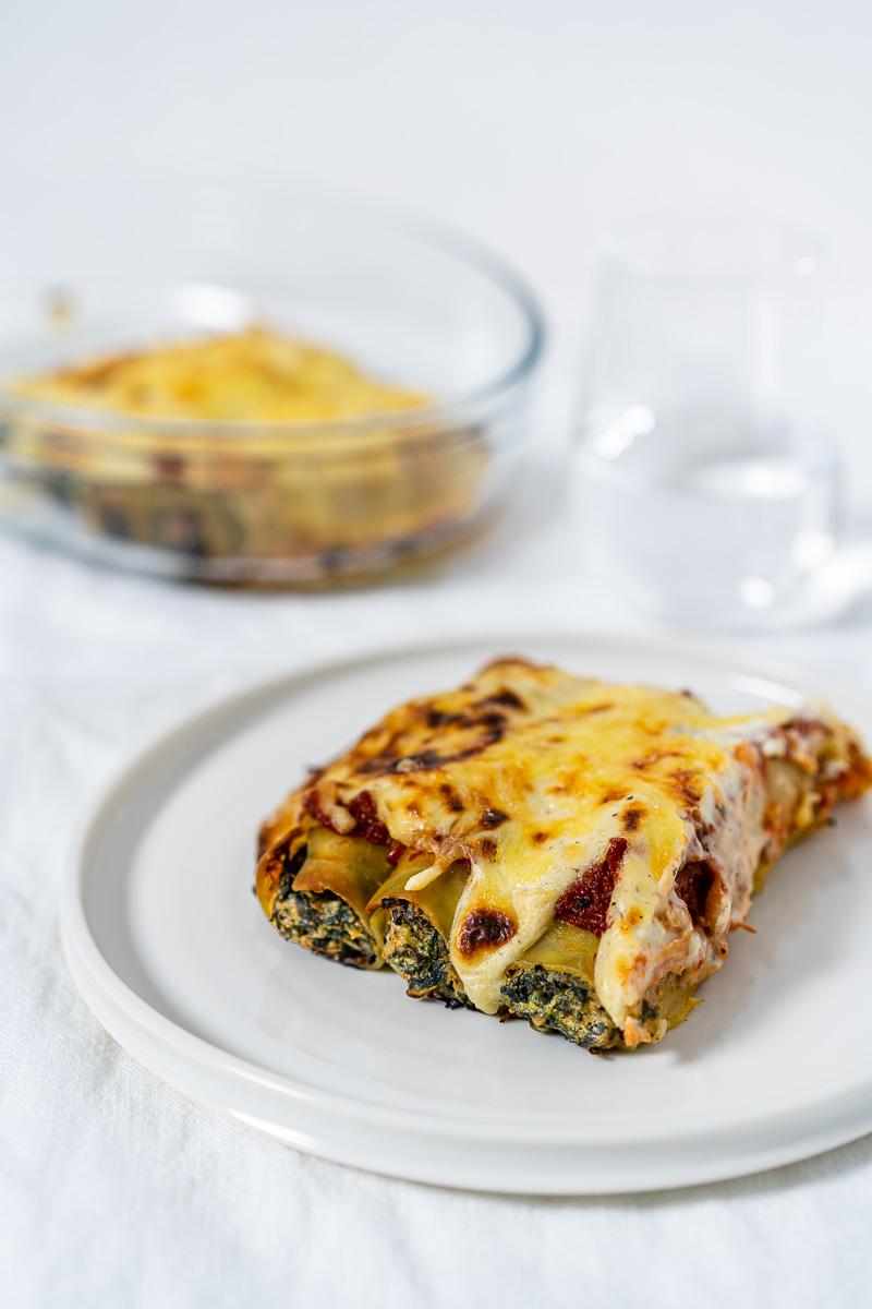 Portion Spinat-Ricotta-Cannelloni auf Teller