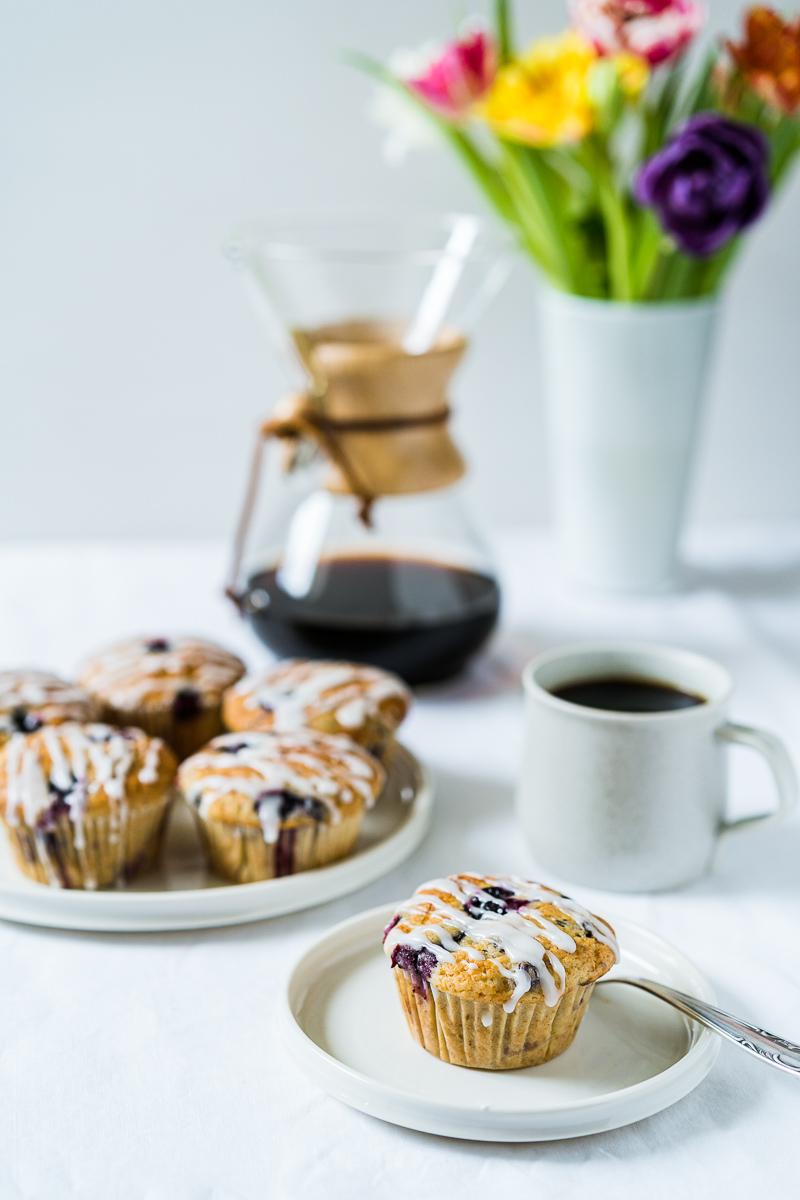 Zitronen-Blaubeer-Joghurt Muffins mit Kaffeekanne und Tasse