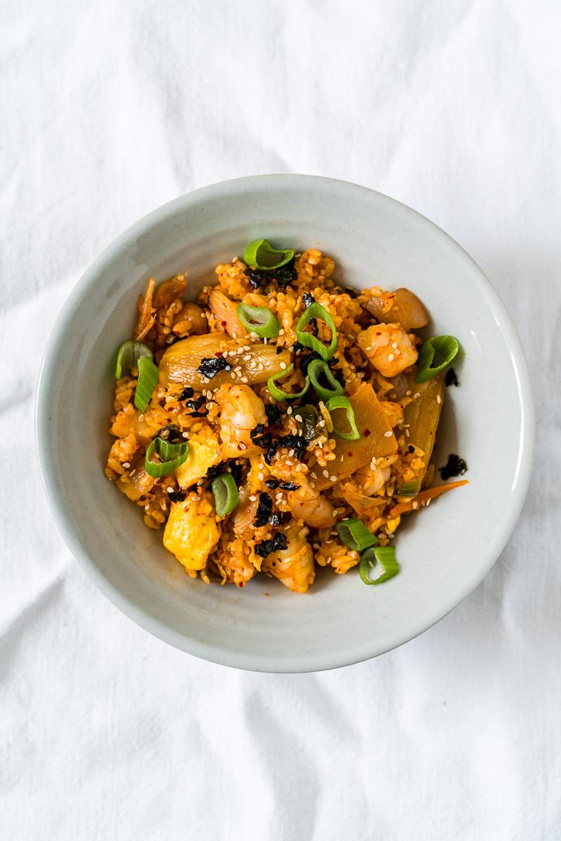Schälchen mit gebratenem Kimchi Reis mit Garnelen und Ei