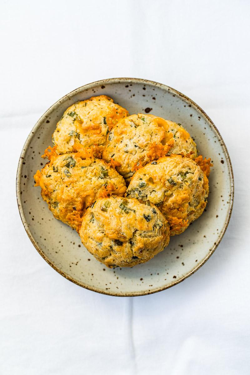 Herzhafte Käse-Frühlingszwiebel Biscuits in einer Schale