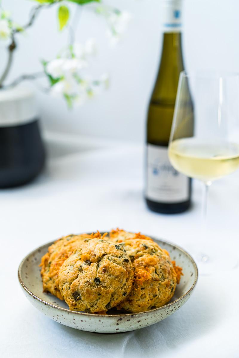 Herzhafte Käse-Frühlingszwiebel Biscuits mit einem Glas Riesling Kabinett