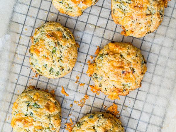 Herzhafte Käse-Frühlingszwiebel Biscuits