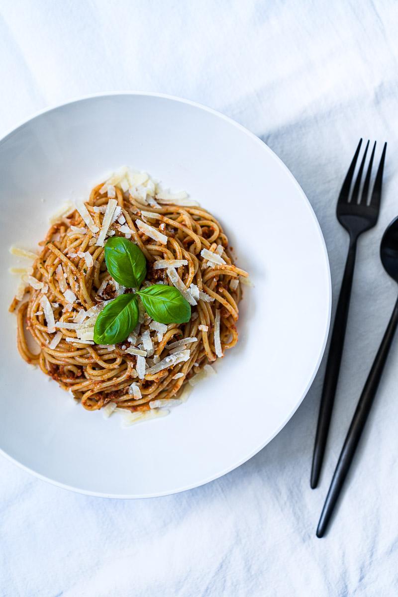 Teller mit Spaghetti und Pesto Rosso (Tomatenpesto)