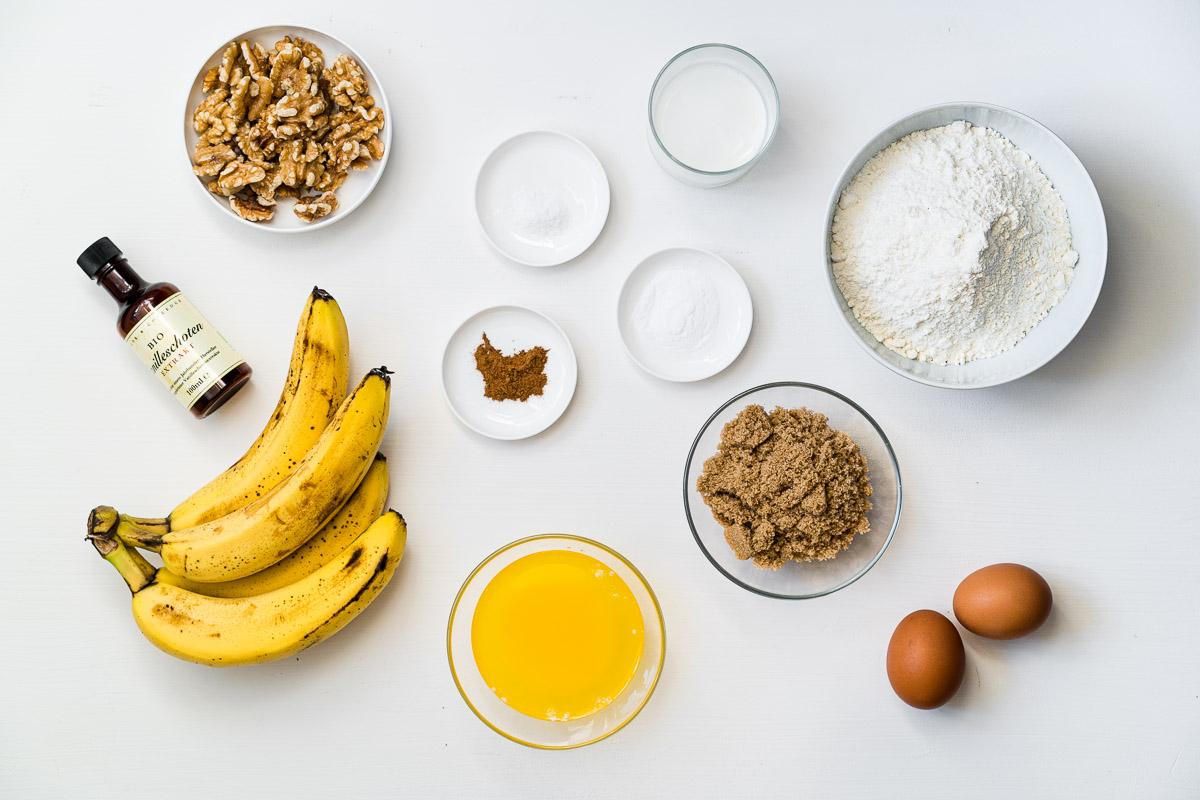 Zutaten für ein Bananenbrot mit Walnüssen