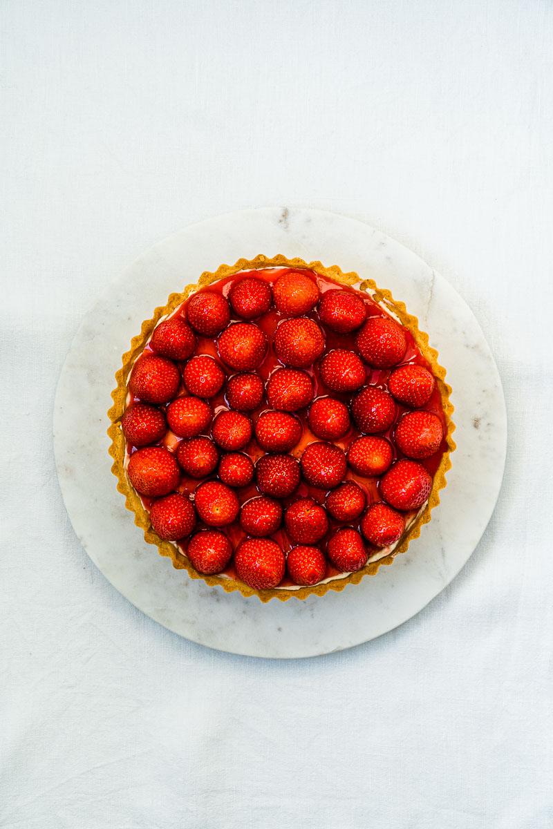 Erdbeer-Tarte mit Lemon Curd-Mascarpone Creme auf Marmorplatte