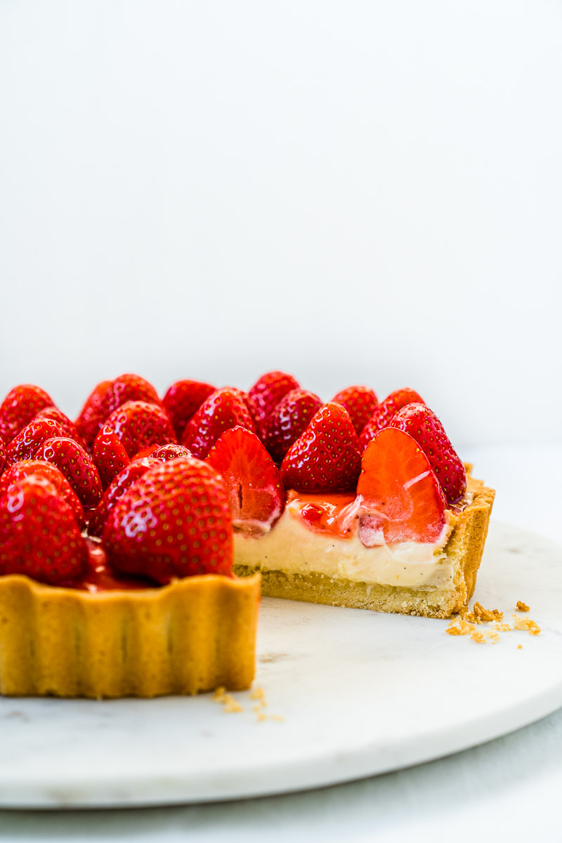 Angeschnittene Erdbeer-Tarte