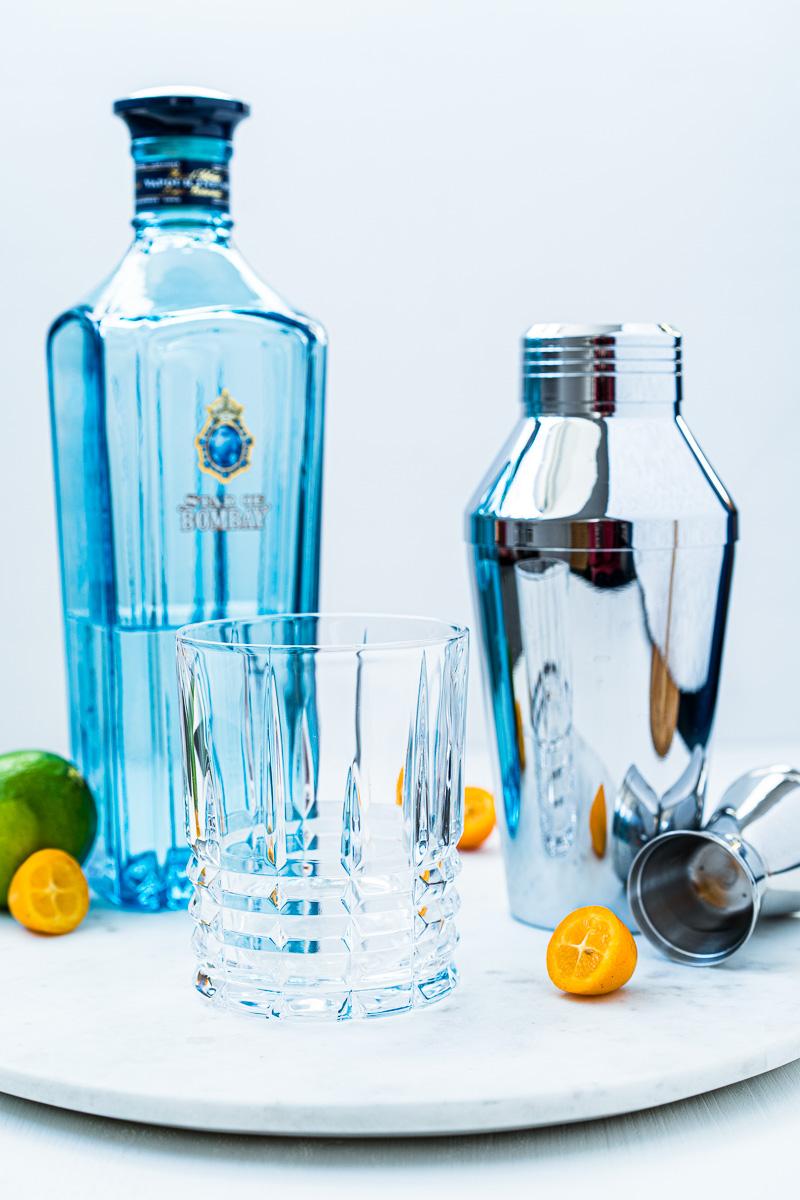 Tumbler, Shaker und Gin für einen Gin-Kumquat Crush