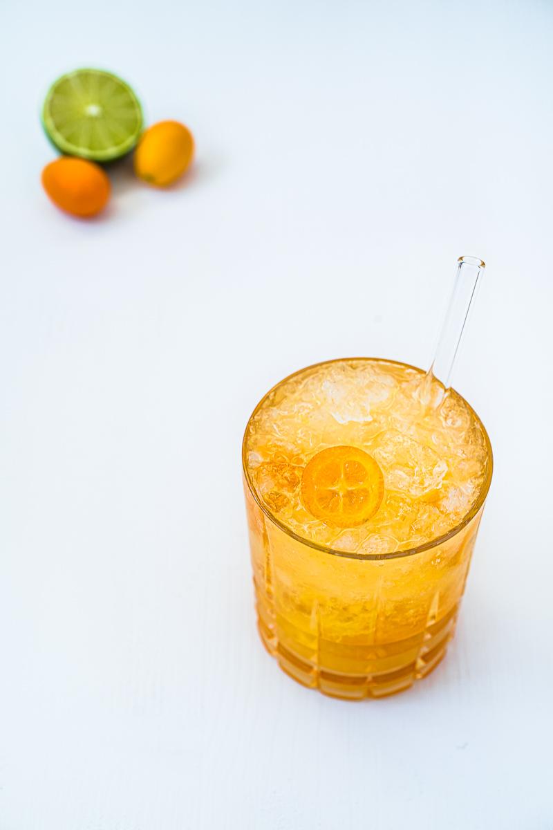 Glas Gin-Kumquat Crush und Limette