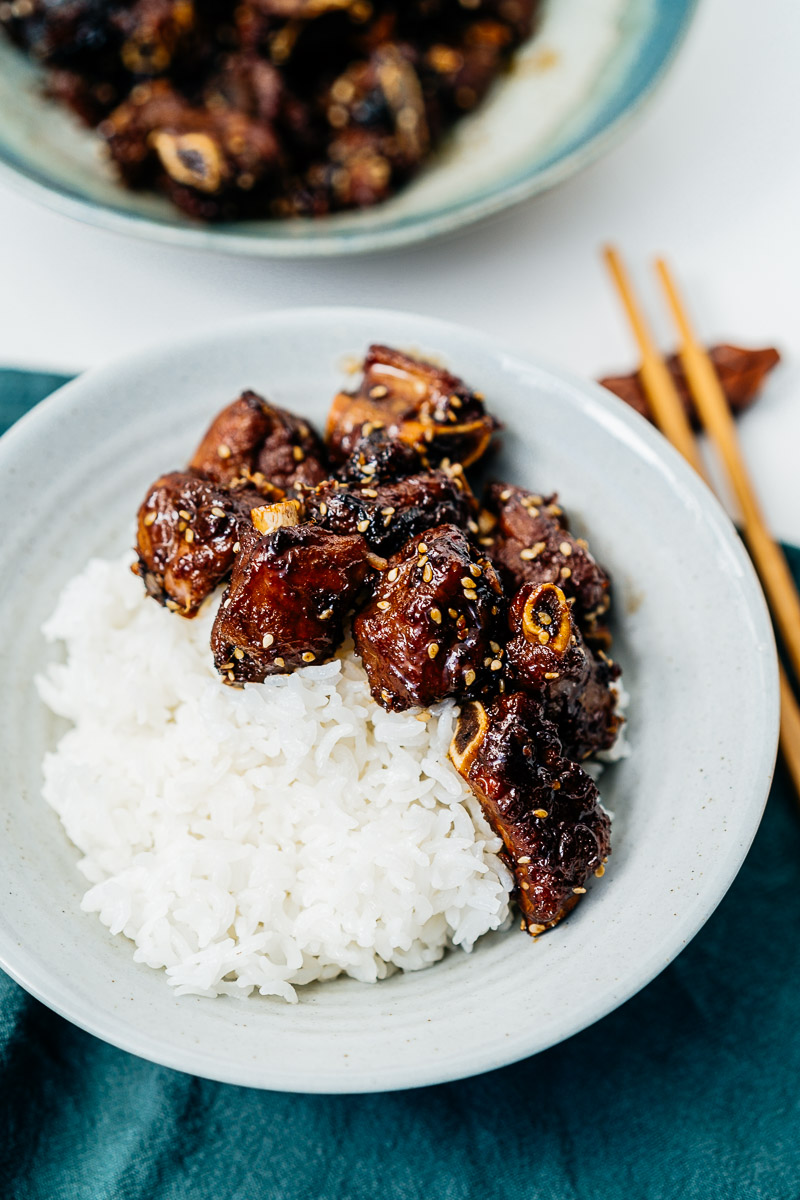 Chinesische Rippchen süß-sauer in einer Schale auf Reis