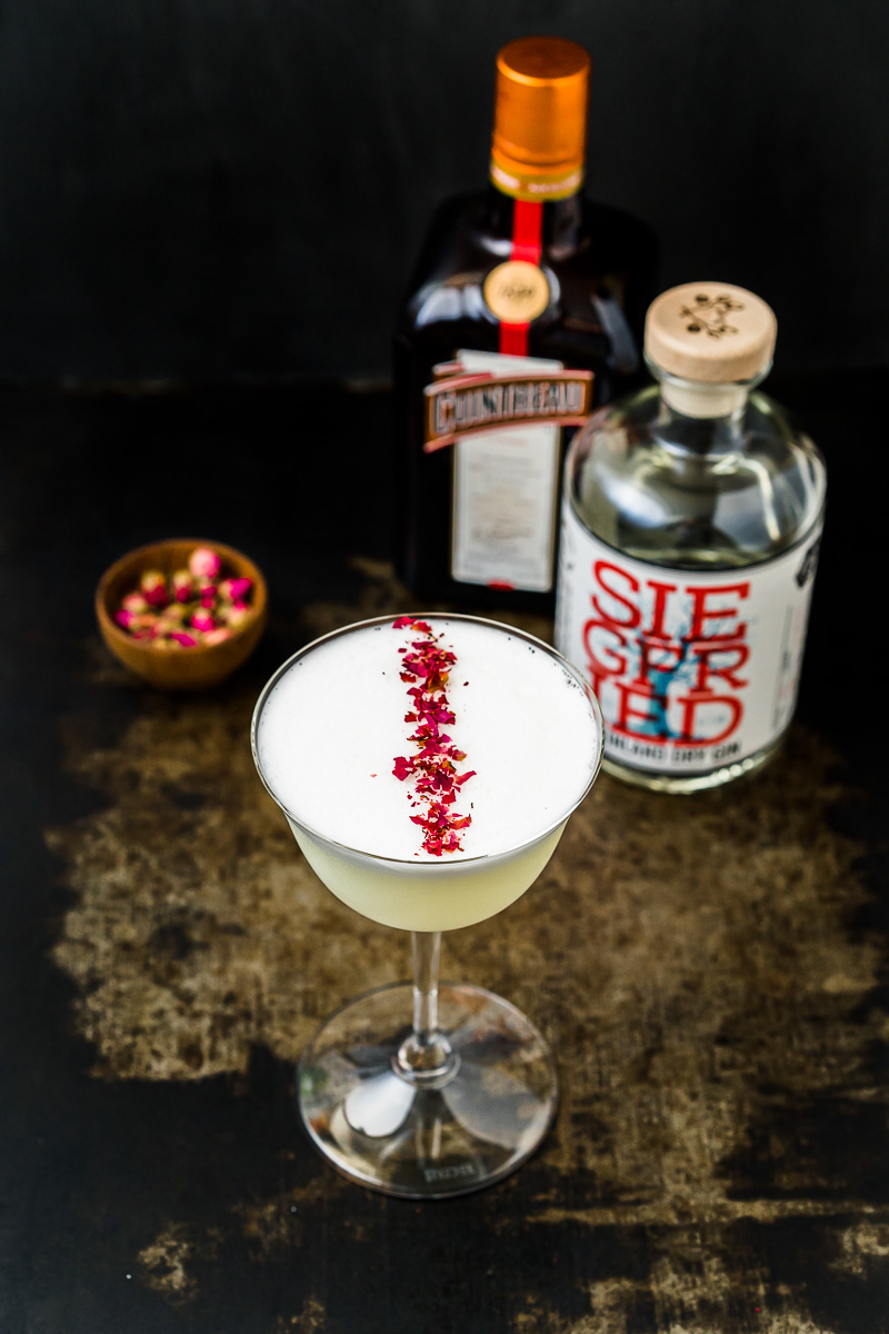 White Lady Cocktail mit Cointreau, Gin und Rosenblüten