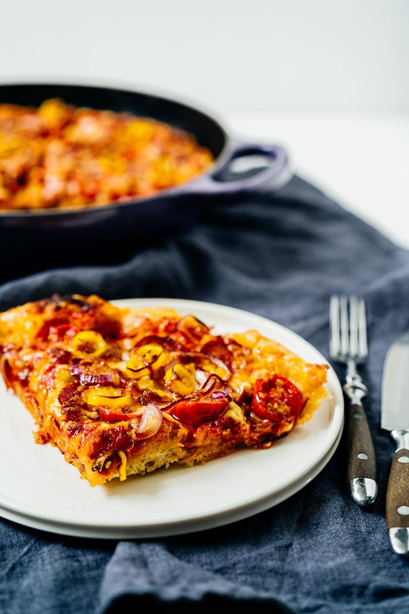 Stück Pan Pizza auf Teller