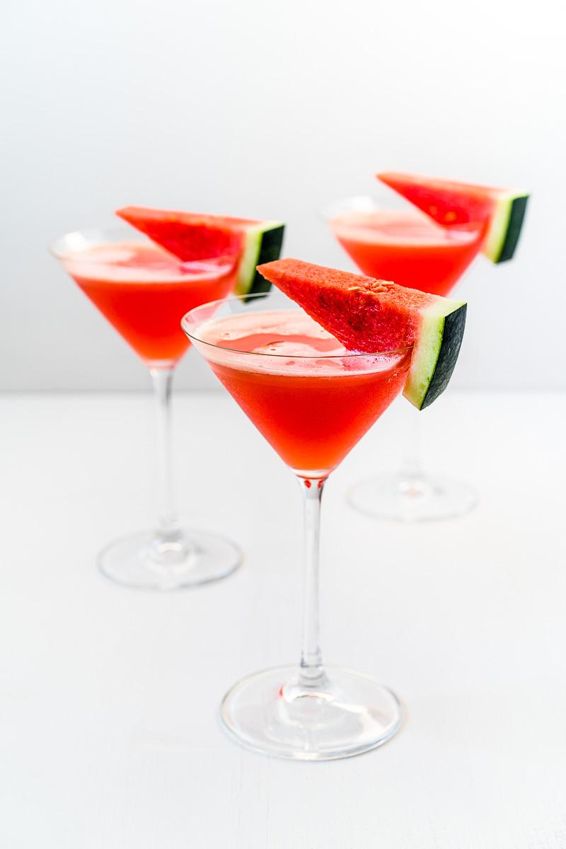 Drei Cocktailgläser Wassermelonen-Kokos-Daiquiri mit Garnierung
