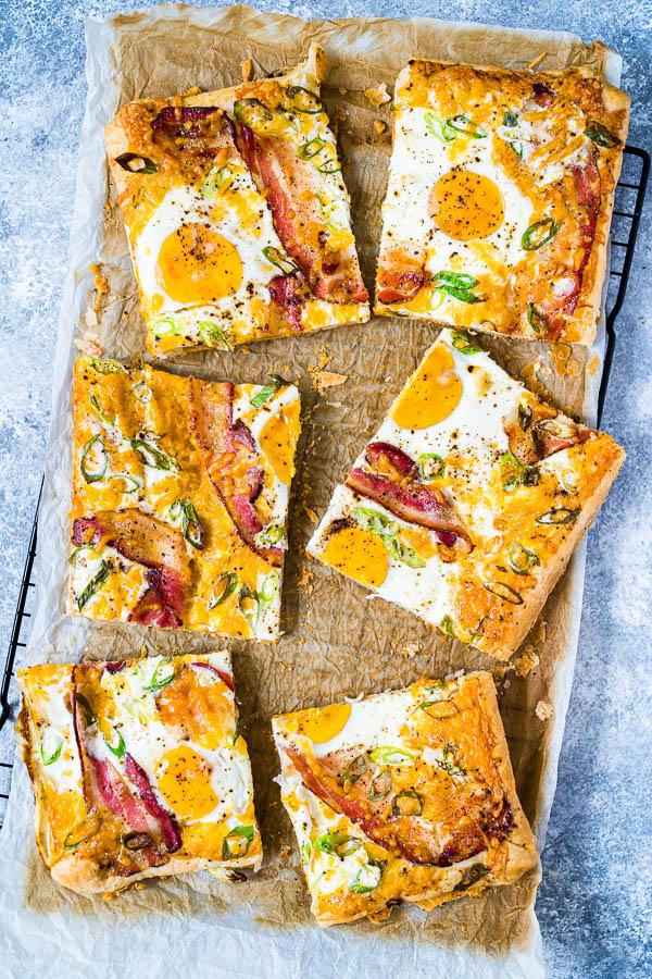 Blätterteig-Tarte mit Ei, Käse und Bacon