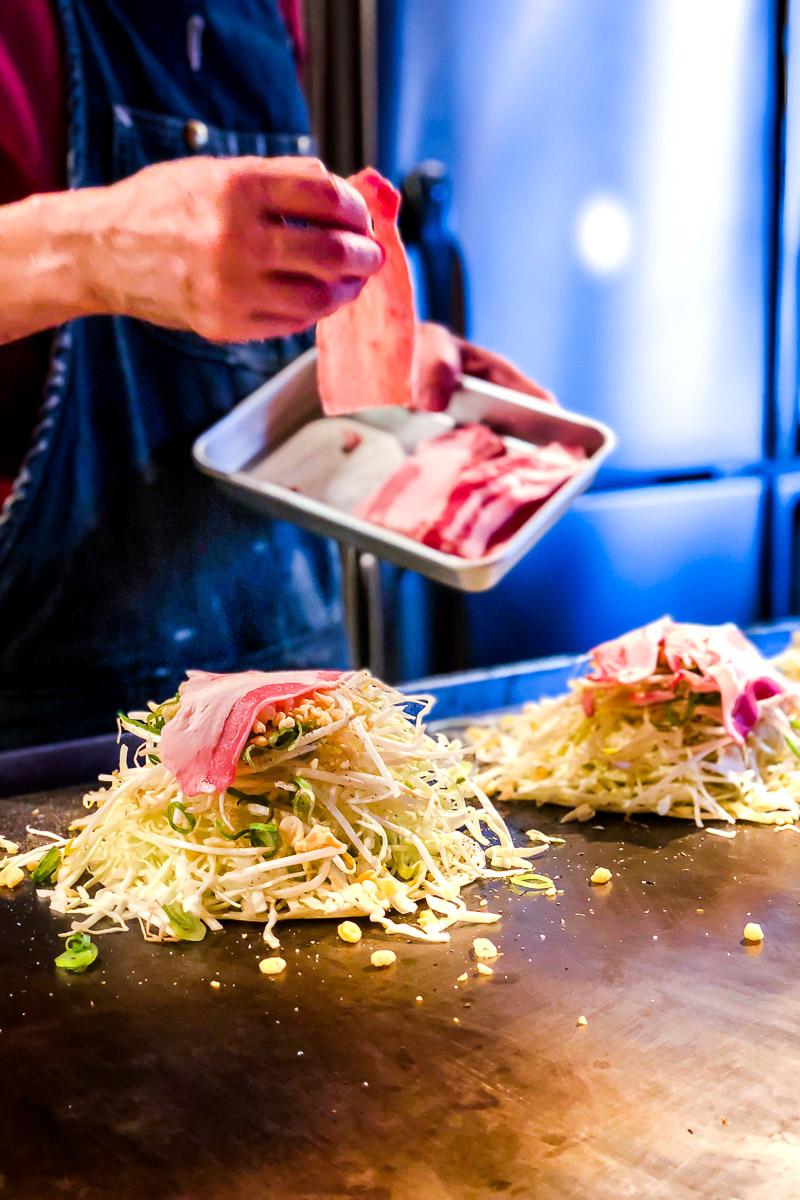 Okonomiyaki Hiroshima Style mit aufgeschichteten Zutaten