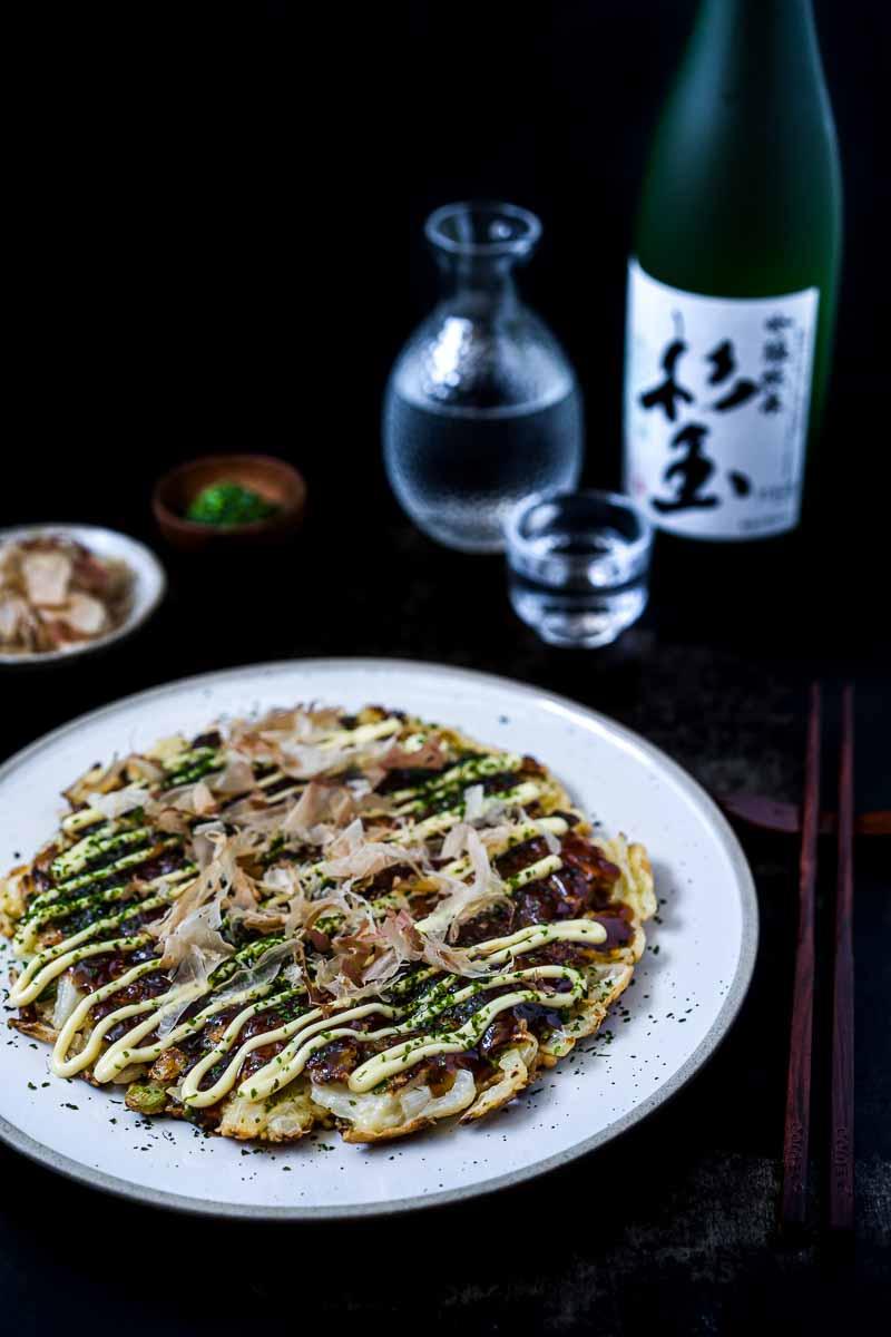 Teller Okonomiyaki Osaka Style mit Sake Flasche