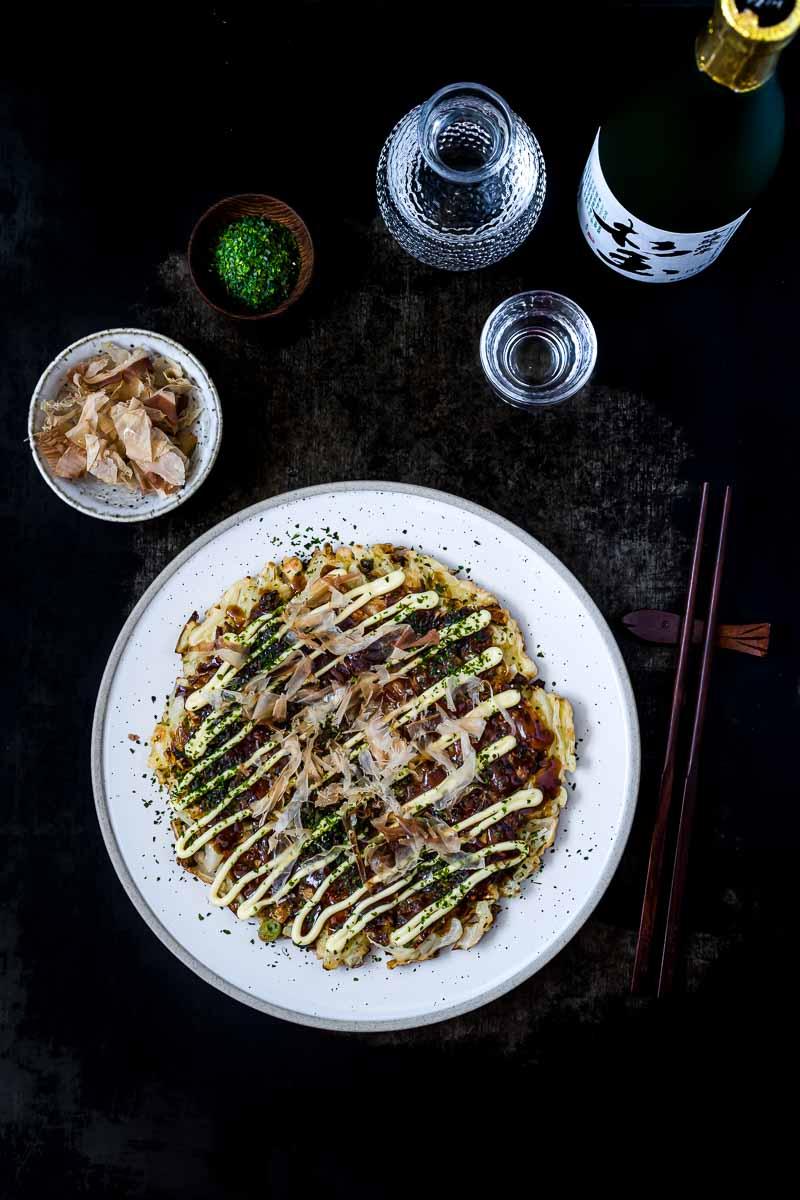 Okonomiyaki Osaka Style mit Katsobushi, Aonori und Sake