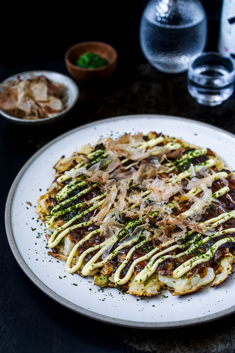 Okonomiyaki Osaka Style Nahaufnahme mit Katsobushi, Kewpie Mayonnaise und Aonori