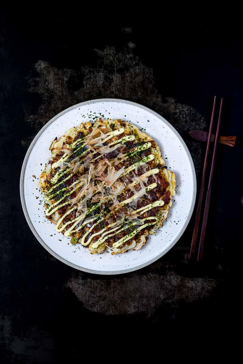 Teller mit Okonomiyaki und Stäbchen
