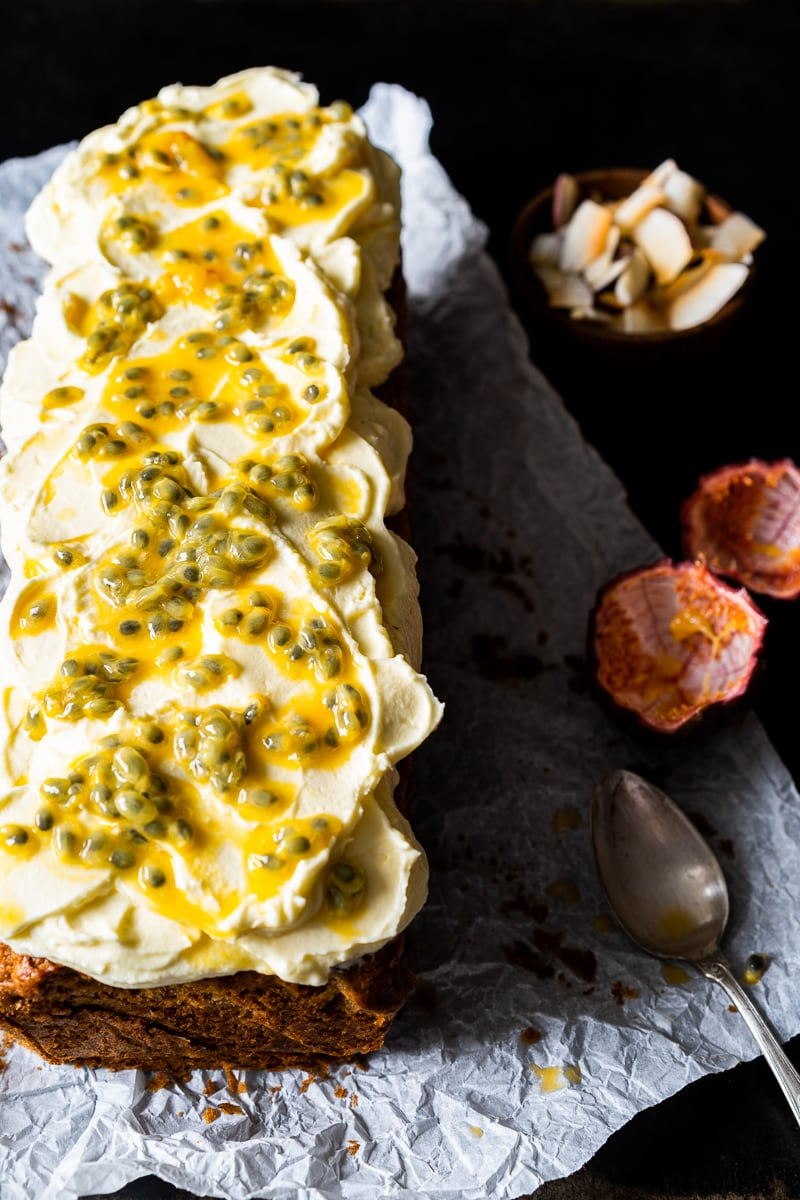 Kokos-Bananenbrot mit Ananas und Frischkäse-Passionsfrucht Frosting