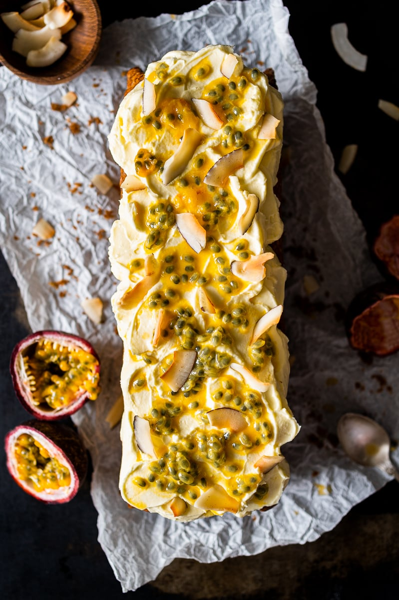 Kokos-Bananenbrot mit Ananas und Frischkäse-Passionsfrucht Frosting von oben fotografiert
