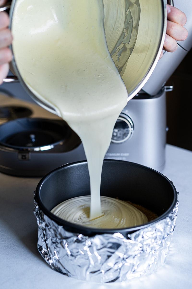 Die fertige Cheesecake Masse wird in die Springform gegeben