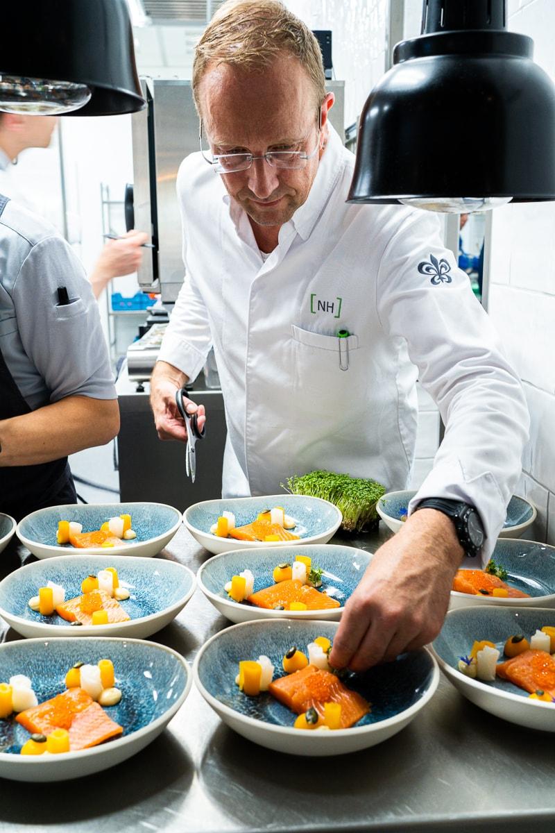 Nils Henkel beim Anrichten der Teller