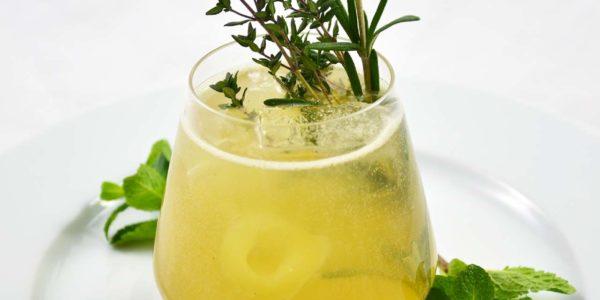 Gin mit Birne und Kräutern